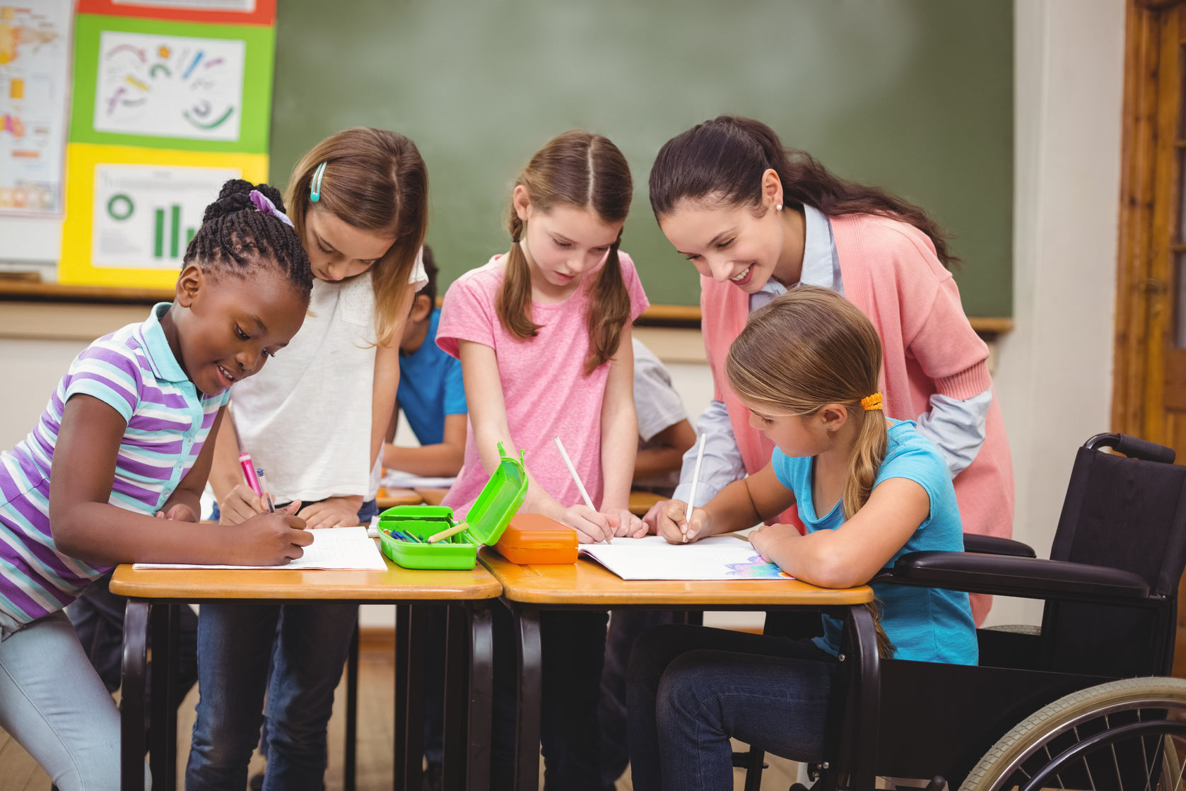 Schulbegleiterin hilft Kind mit Behinderung bei den Hausaufgaben