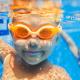 Zwei Kinder tauchen im Schwimmbad mit Taucherbrille