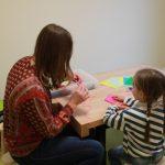 Gemeinsames Basteln in der Kinderspinnerei