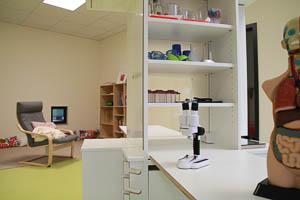 Raum mit Lupen und Mikroskop