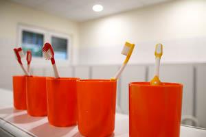Zahnbürste und Becher der Kita Kinderspinnerei