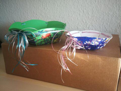 Selbstgebastelte Osternester auf einem Karton