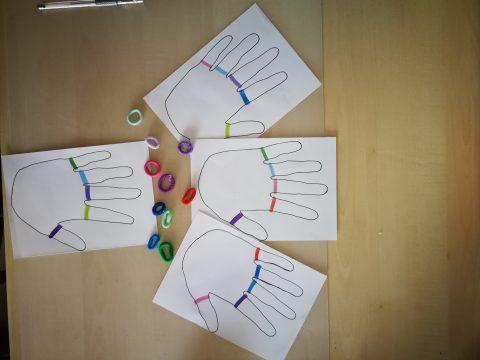 Bilder von Händen mit farbigen Ringen, bunte Haargummis
