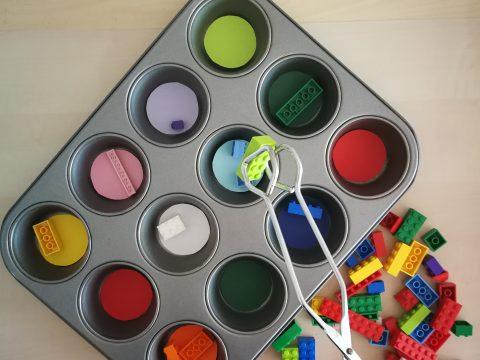 Farbsortierspiel mit Legosteinen