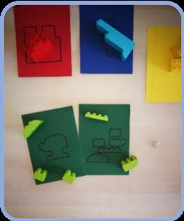 Legosteine auf Papier mit der selben Farbe